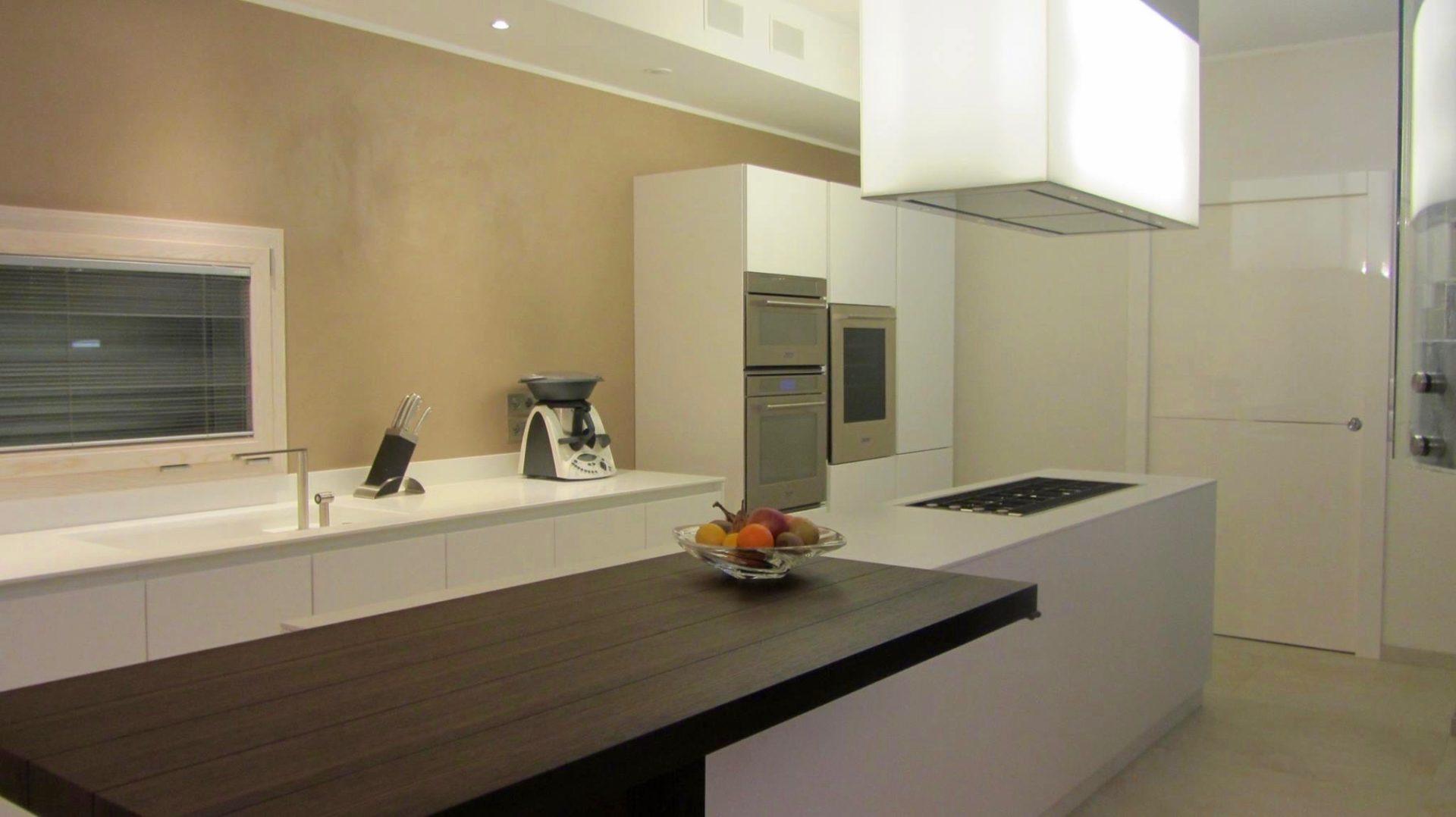 Cucina con isola e snack in residenza a bellaria segni d - Spessore top cucina ...