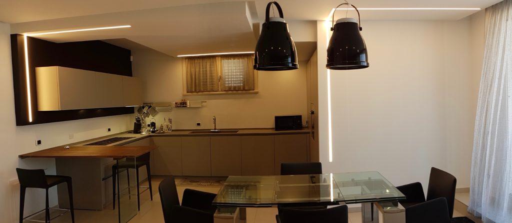 cucina-grigio-kenia-dining-luci-appartamento-cesenatico - Segni d ...