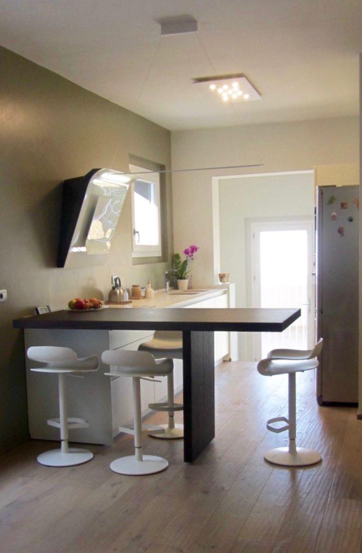 Cucina con penisola e sala da pranzo in residenza a cesenatico segni d 39 interni - Cucina con penisola ...