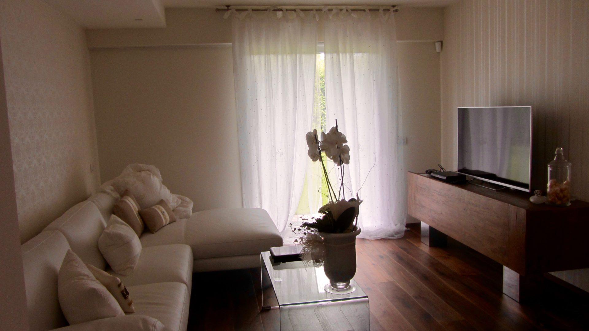divano-pelle-bianca-madia-tv-teck-massiccio-gambe-fusione-alluminio ...