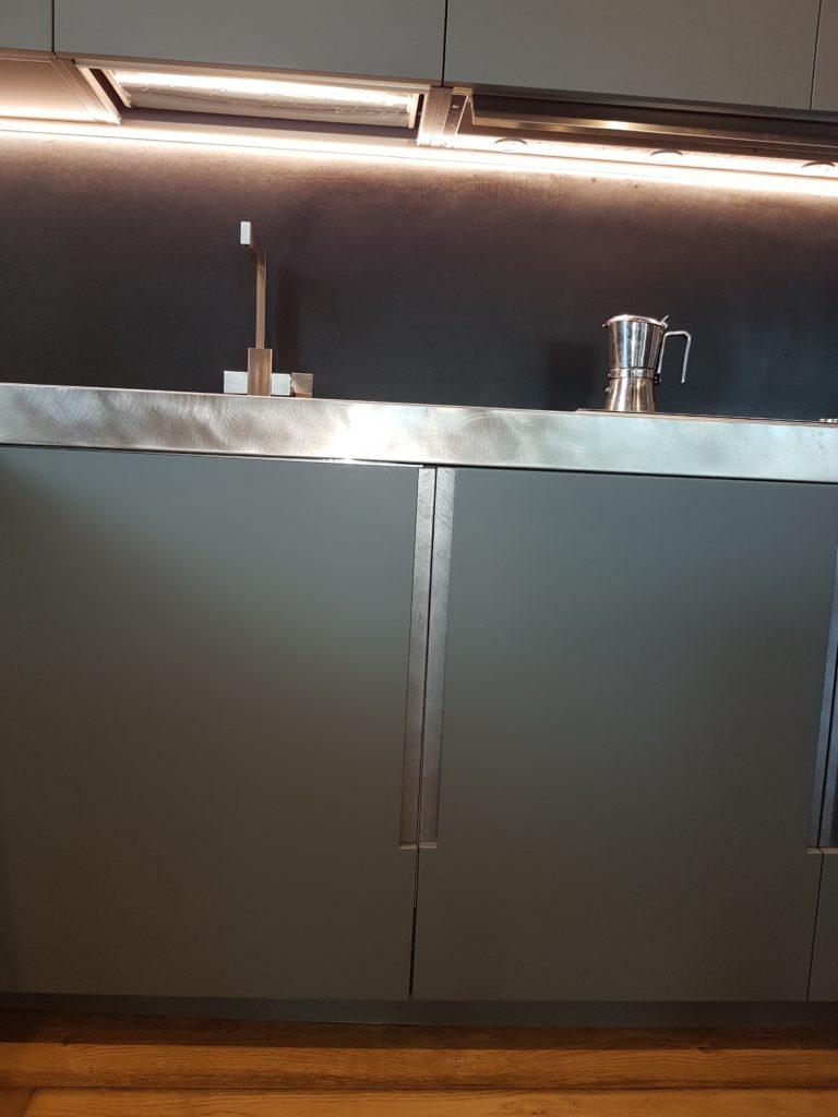 particolare-ante-maniglia-piano-lavoro-acciaio-vintage-cucina-attico ...