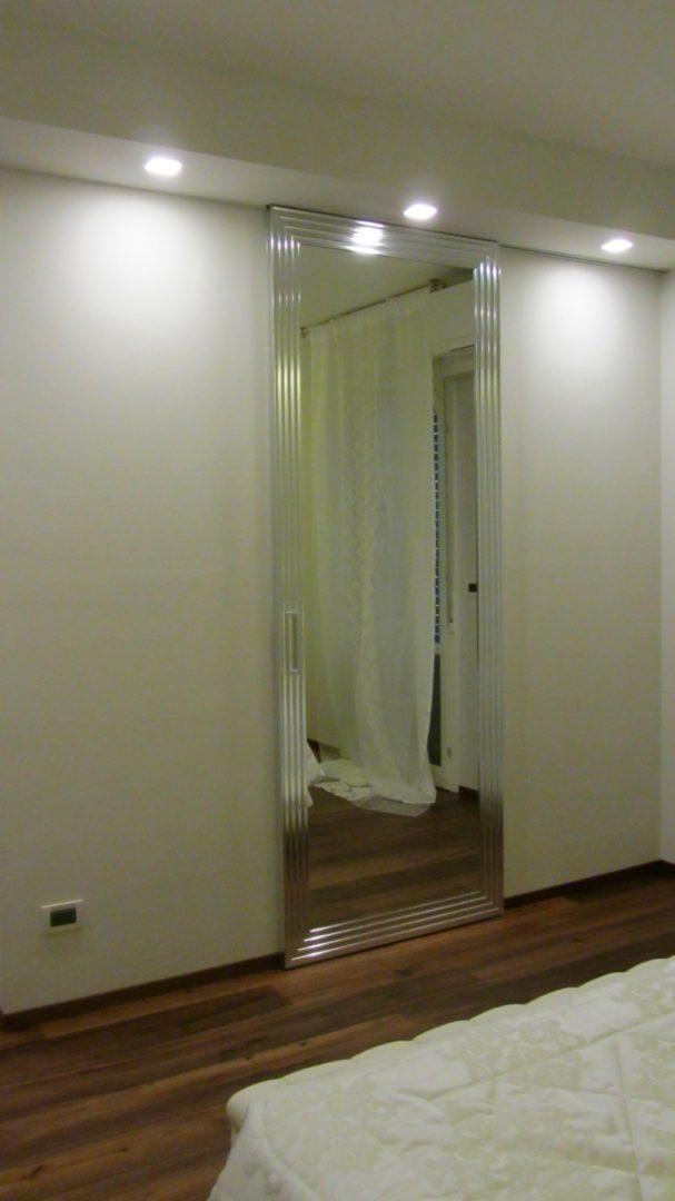 Porta scorrevole specchio cornice alluminio dec camera - Porta specchio scorrevole ...