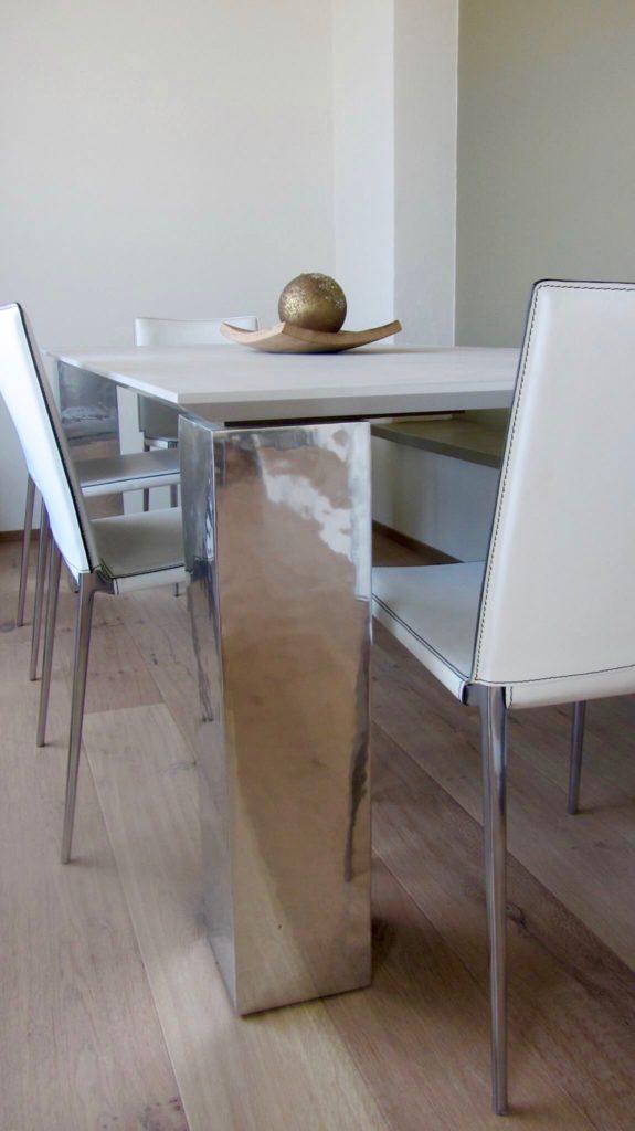 sala-pranzo-tavolo-sedie-acciaio-cemento-cuoio-residenza-cesenatico ...