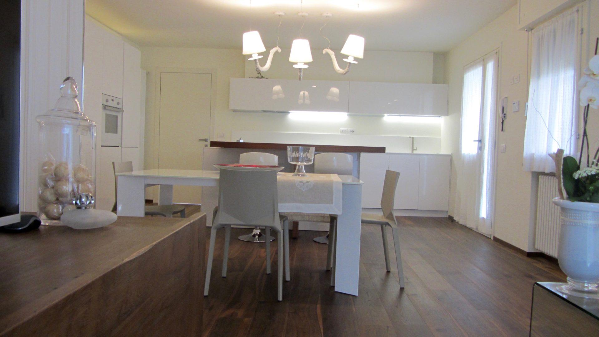 total-white-cucina-tavolo-lampade-tende-snack-madia-teak-abitazione ...